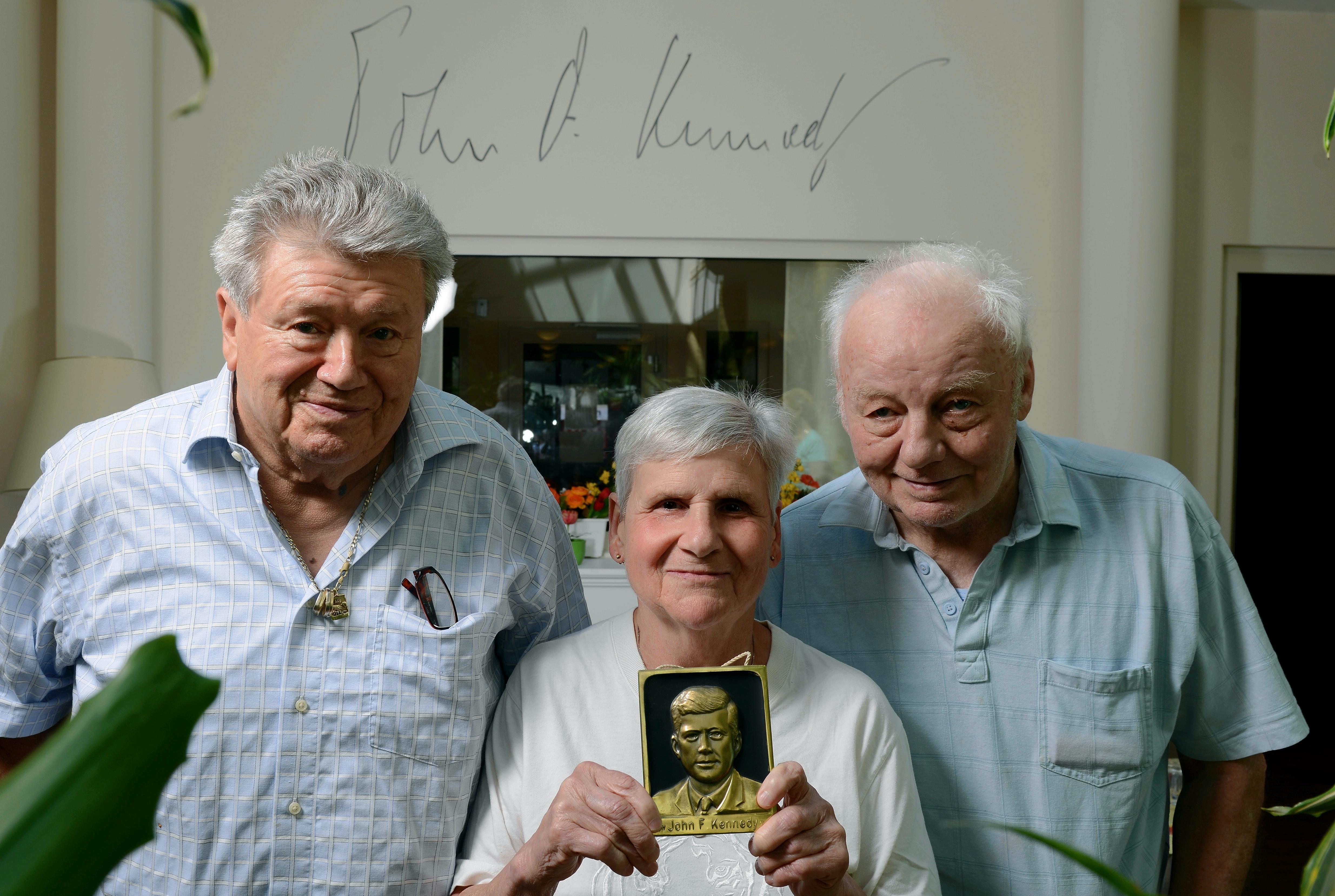 Die Bewohner des Senniorenheims: Werner Doelle, Edith Attikpoè und Karl-H. Hoffmann (v.l.) sind Fans von Kennedy